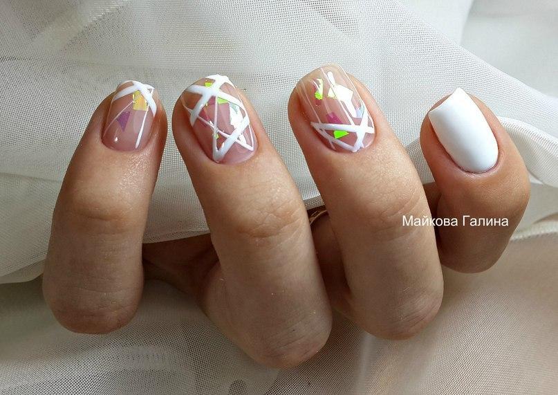 Абстракции на белом для маникюра с короткими ногтями